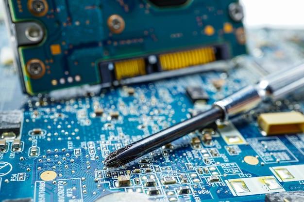 コンピュータのメインボードのコンピュータハードウェアをねじ込みます。修理アップグレードおよびメンテナンス技術