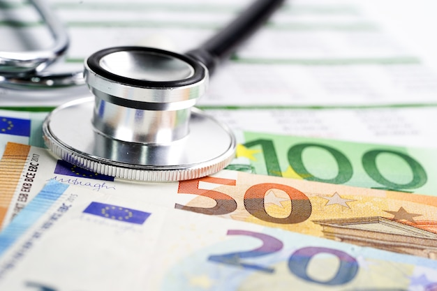 ユーロ紙幣、財務および事業会社の会議のコンセプトに聴診器
