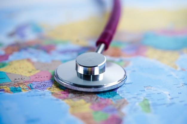 アフリカ世界地球地図の背景に聴診器。