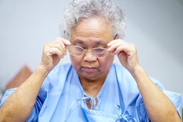 アジアの高齢者または高齢者の老婦人女性患者