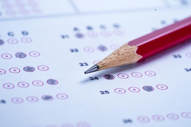 選択を選択するための鉛筆画記入のある解答用紙