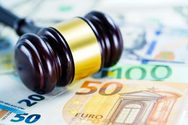 ユーロ紙幣に裁判官のハンマー。