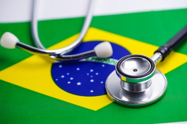 ブラジルの国旗と聴診器。