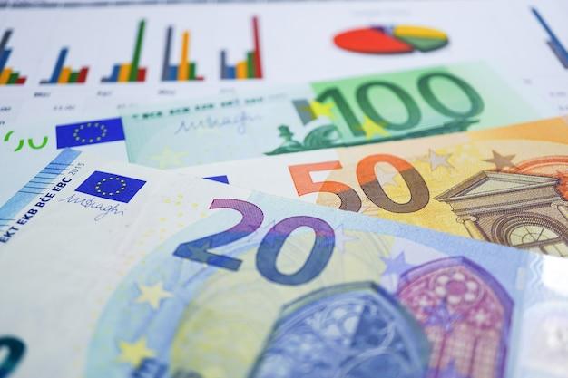 とユーロ紙幣はチャートグラフの背景紙にお金。