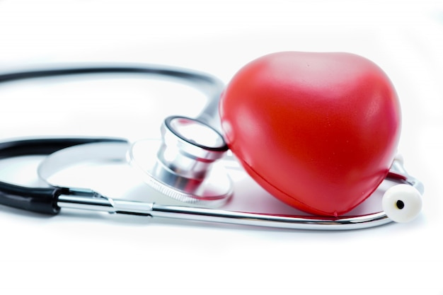 聴診器で赤いハート