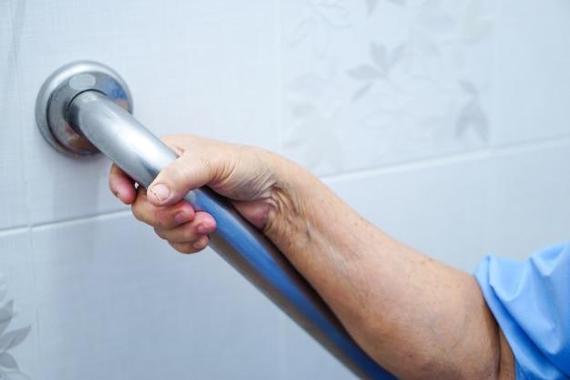 Азиатский старший или пожилой женщины леди женщина использовать туалет ручка безопасности