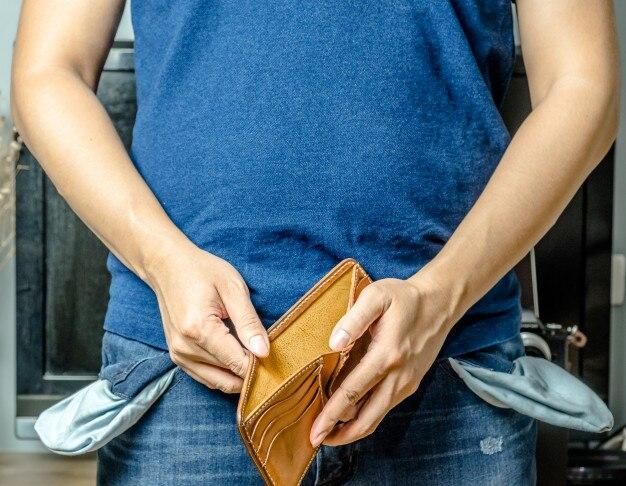 空の財布とポケットジーンの男、彼はお金を持っていません。