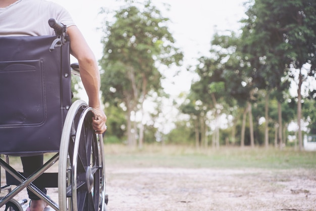 病気の障害の麻痺障害の健康概念。障害者の足。セレクティブフォーカス