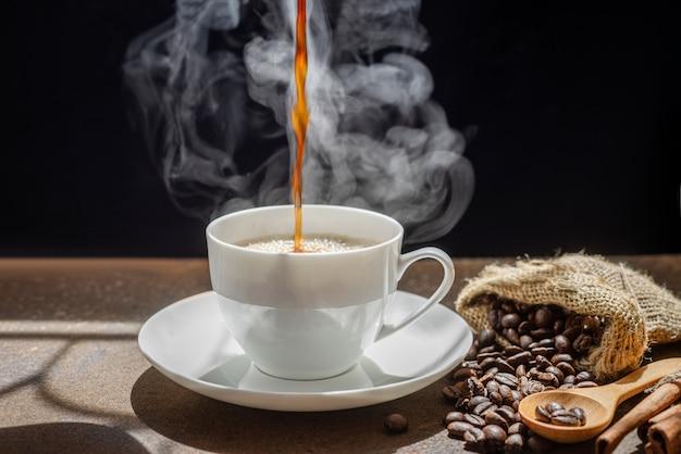 Пар из разлива кофе в чашку, чашка свежего кофе