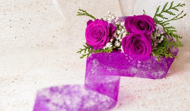 Фиолетовые любовные розы и фиолетовая полоса с золотым фоном