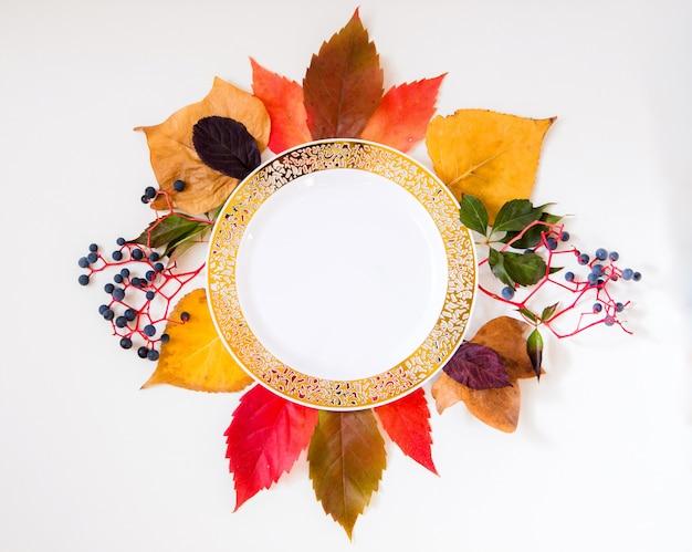 カラフルな秋のアイテムで作られた秋の花と秋のモックアップ