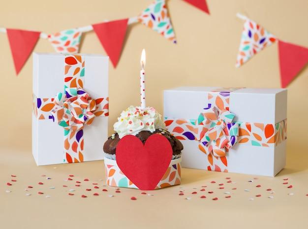ケーキとキャンドルとテキストデザインのスペースのお祝いカード