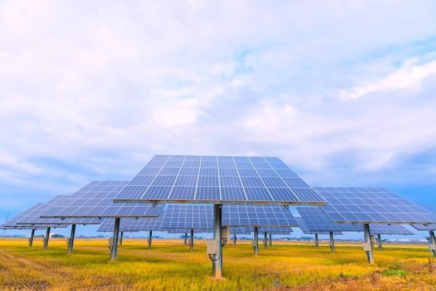 空の背景、日光、日本の太陽電池パネル