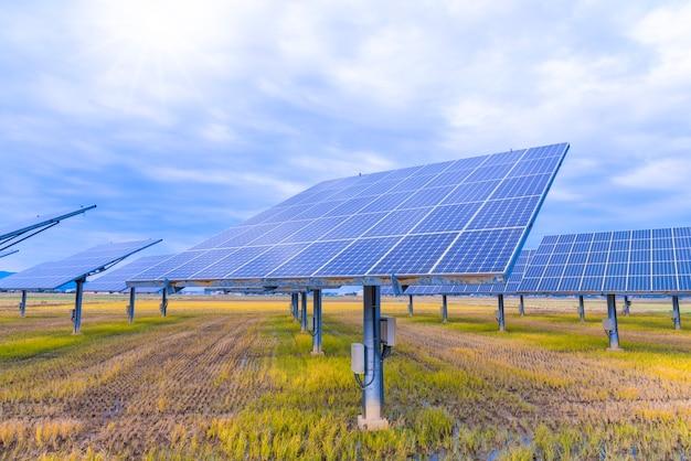 空を背景に太陽電池パネル
