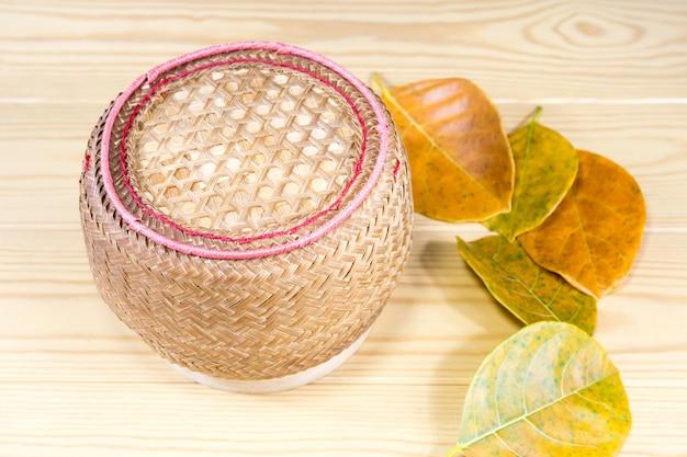 もち米と茶色は木製のテーブルの上葉します。