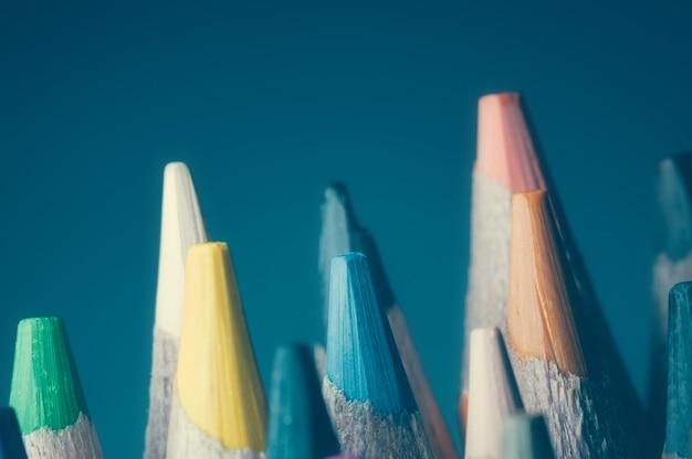 マクロ、クローズアップ。背景に多色の鉛筆。