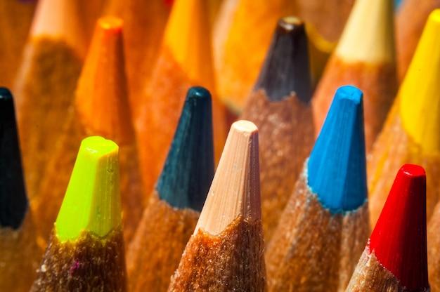 マクロ、クローズアップ。背景に多色の鉛筆。いくつかの色セレクティブフォーカス