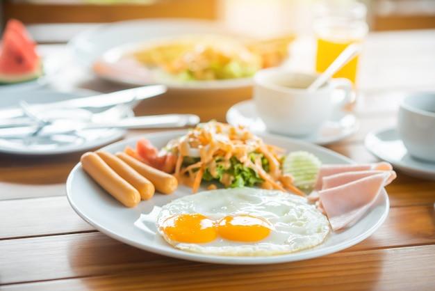 テーブルでの朝食