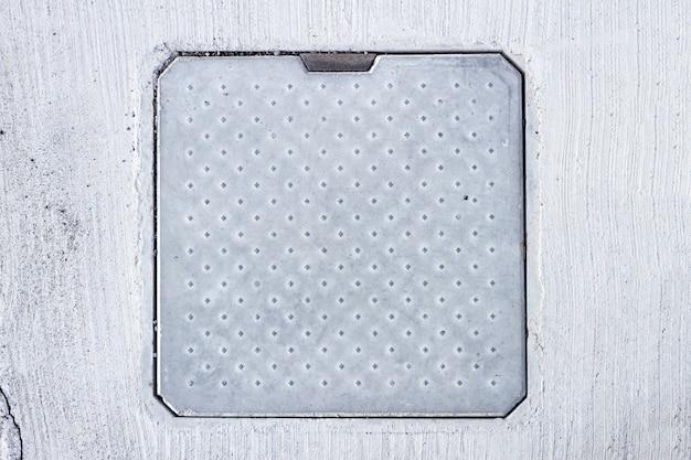 Квадратная крышка люка на полу