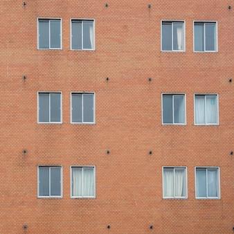 古典的な窓フレームと赤いレンガの壁