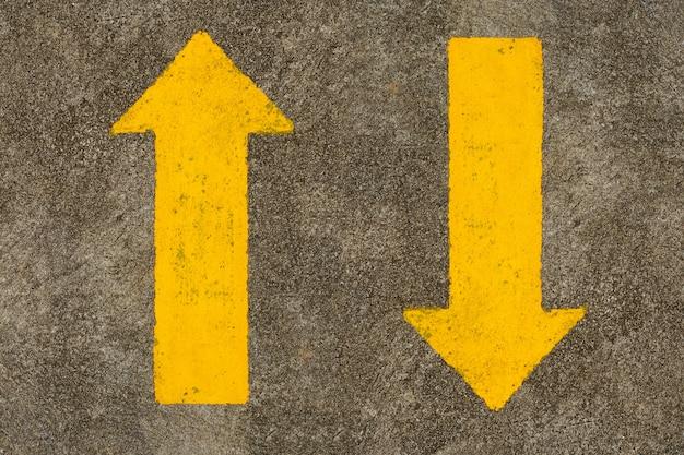 道路の黄色の矢印記号