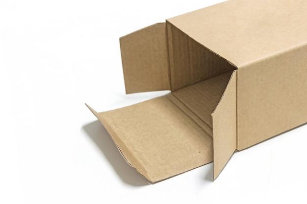 Коричневый бумажный ящик открыт изолировать на белом фоне