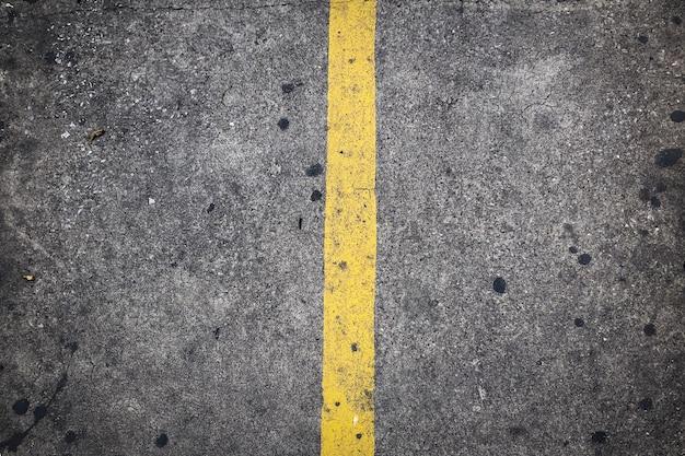 コンクリートの道路上の黄色の動線
