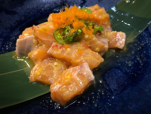 Свежий лосось с острым соусом