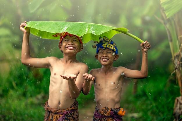夏の屋外ロマンス友情愛を笑っているアジアの少年十代の若者たち