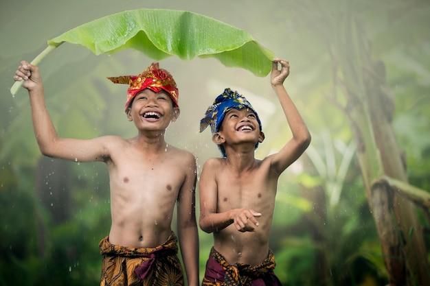 夏に屋外ロマンス友情愛を笑っているアジアの少年十代の若者たち。幸せそうな顔と美しい自然。