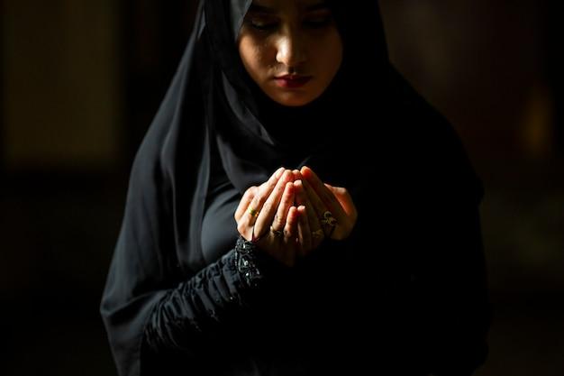 ヒジャーブの祈りを身に着けているイスラム教徒の女性