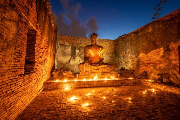 Старый будда изображения в старых храмах, исторический парк в провинции пхра накхон си аюттхая, таиланд