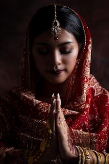 肖像画の美しいインドの女の子。インドの伝統的な衣装を持つ若いインド人。インドの女性