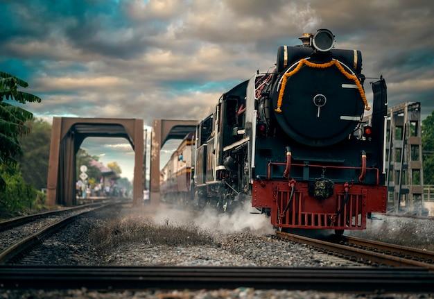 タイのプラナコーンシーアユタヤで国内観光を促進するために蒸気機関車がアユタヤ駅を出発