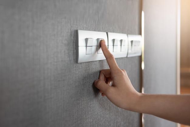 灰色のライトスイッチをオンまたはオフにします。