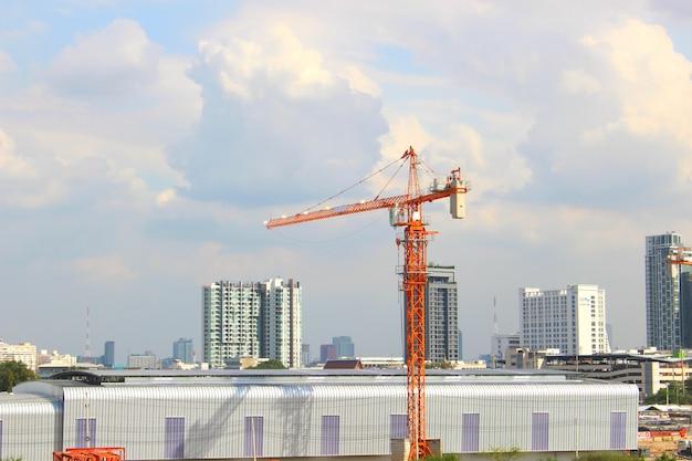 青い空と建築面積のクレーン