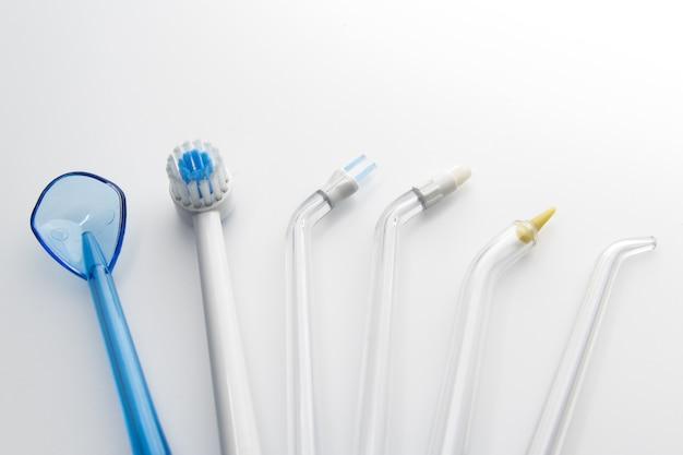家庭用ウォーターノズル歯科衛生用品は深く歯や歯茎を清潔にするために設定されています。
