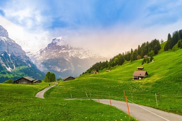 スイスのグリンデルワルトの美しい景色、冒険旅行に最適な場所
