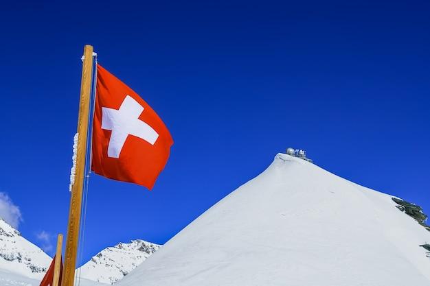 ユングフラウヨッホの頂上にあるスイスの旗とスフィンクスの展望台