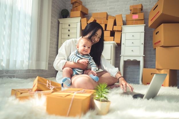 中小企業の自宅で若い女性の中小企業の所有者のオンラインショッピング