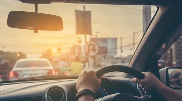 昼間に車を運転する人々。