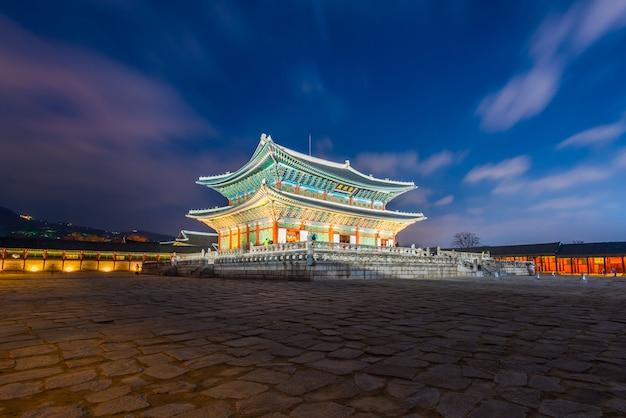 Дворец кёнбоккун ночью в городе сеул, южная корея