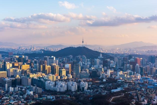 Вид с воздуха захода солнца на горизонте города сеула, южной кореи.