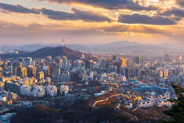 韓国ソウル市のスカイラインで夕日の空撮。