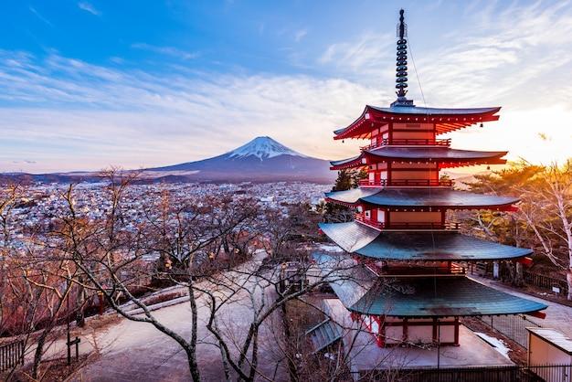 Гора фудзи. храм пагоды чурейто, япония