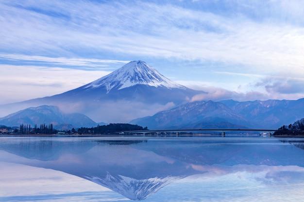Гора фудзи на озере кавагутико, япония