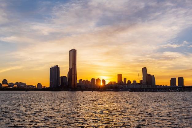 韓国ソウル市の漢江の夕日。