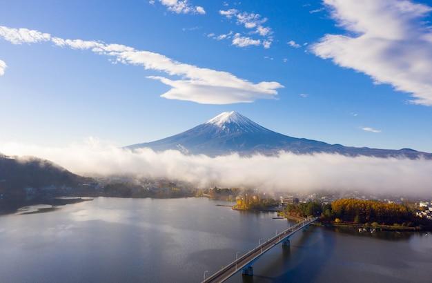 Восход озера кавагутико, гора фудзи, япония