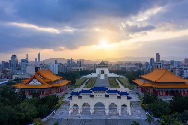 Восход солнца у парадных ворот мемориального зала чан кайши в городе тайбэй, тайвань