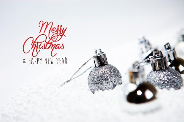黄金のつまらないもの、ボール、装飾品、装飾品付きのクリスマスカード